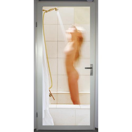 Mensen vrouw onder de douche 1 - Douche onder de dakrand ...